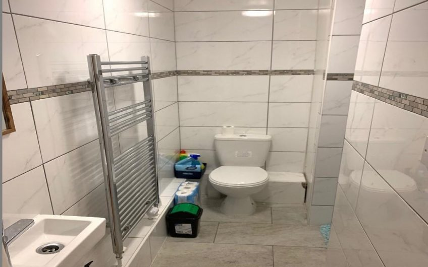 Spacious newly refurbished single room in a friendly flatshare to rent