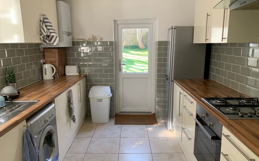 Fantastic double room (available to couples)  – NO BILLS TO PAY*- Great location